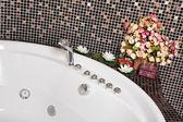 Detail der Badezimmer mit Mosaik und Sprudelbad — Stockfoto
