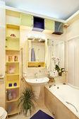 黄色と青のモダンなバスルーム — ストック写真