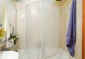 Moderne petite douche avec serviette bleu — Photo