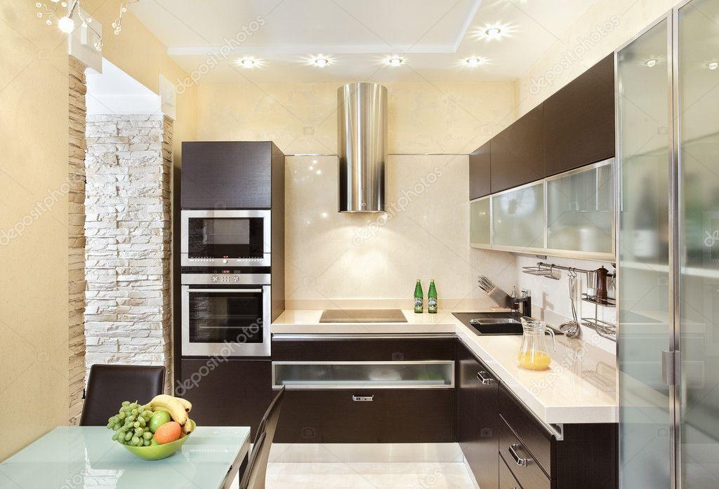 Downloaden - Moderne keuken interieur in warme tinten — Stockbeeld ...