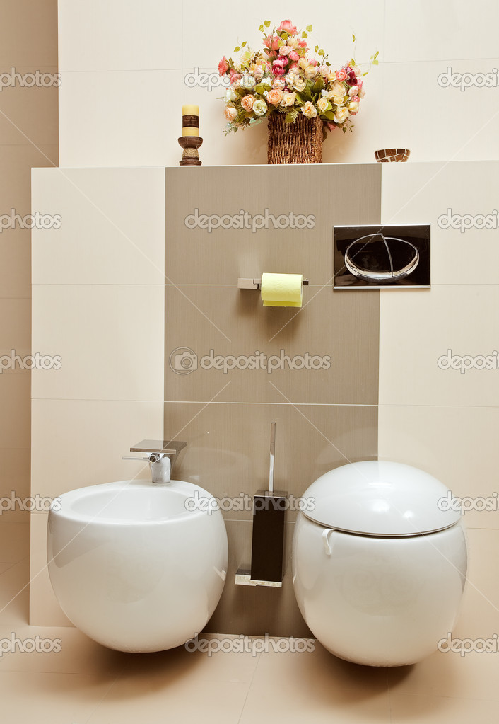 Deel van interieur van wc kamer met bidet en pan in beige tinten stockfoto mrhamster 1055320 for Decoratie wc