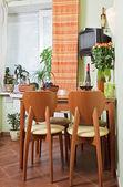 Kuchyňský stůl a židle s ovocem — Stock fotografie