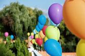 Levande färger ballonger på gröna utomhus — Stockfoto