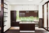 Cucina moderna con piano in legno scuro — Foto Stock