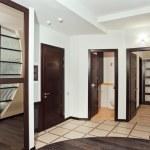 modern hall med många trägolv dörrar — Stockfoto