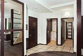 Salão moderno com muitas portas de madeira — Fotografia Stock