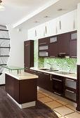 Moderní kuchyně s nábytkem z tvrdého dřeva — Stock fotografie