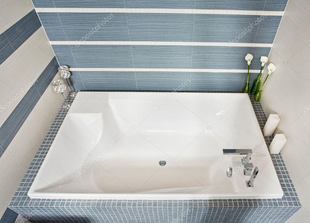 Moderne badkamer in blauw en grijze tinten — Stockfoto © MrHamster ...