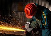 Ouvrier de l'industrie lourde avec grinde — Photo