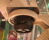 Mikroskop z poniżej — Zdjęcie stockowe