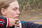 Teenage girl doing archery — Stock Photo