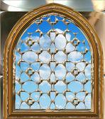 Janela gótica ou scifi com céu azul — Foto Stock