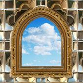 Gotisch of scifi venster met blauwe hemel — Stockfoto