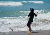 Jongen op het strand — Stockfoto