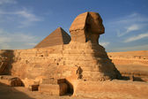 Sphinx and great pyramid of Khufu — Stock Photo