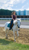 Fille chevauchant un cheval — Photo