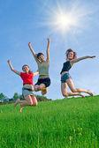 девочки прыжок на лугу — Стоковое фото