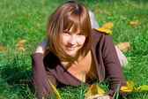 Gelukkig meisje op groen gras 2 — Stockfoto
