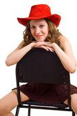Linda garota se senta em uma cadeira — Fotografia Stock