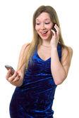 Dziewczyna w niebieska sukienka z dwóch komórkowe — Zdjęcie stockowe