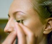 Visagiste does a makeup — Stock Photo