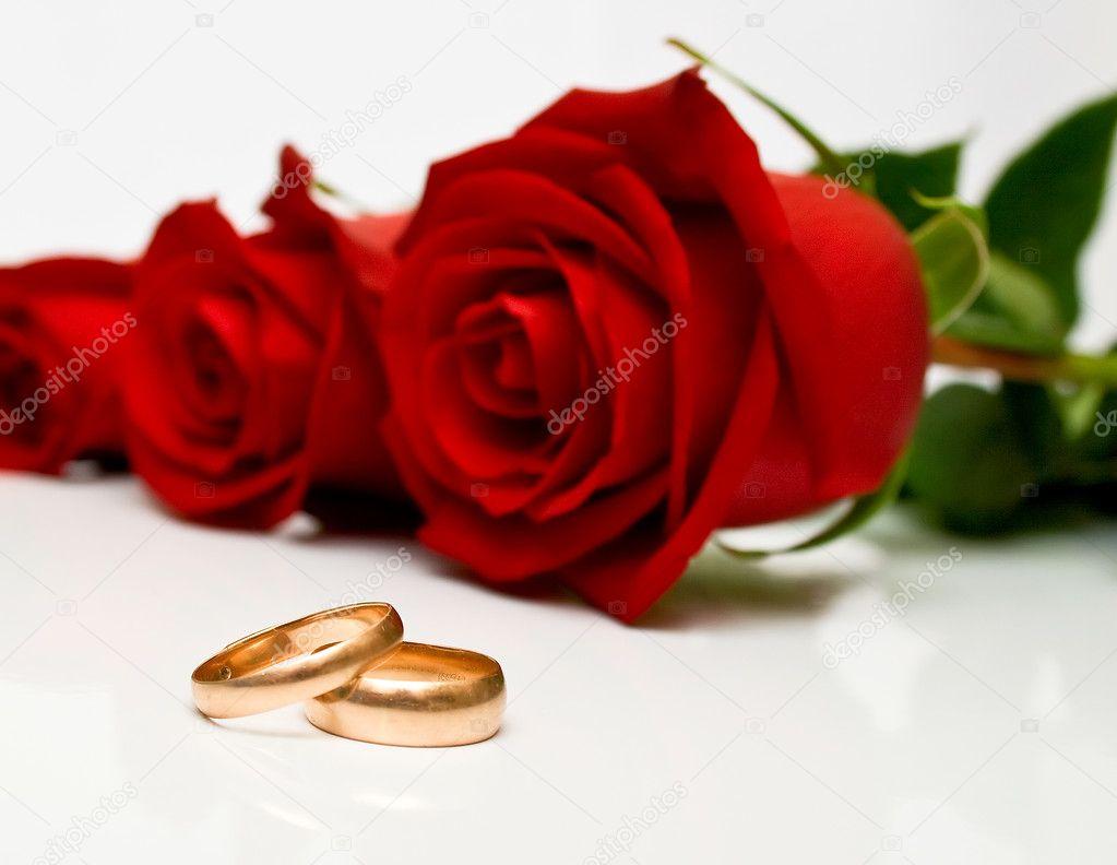 Alliances et roses rouges — Photographie vikiri © #1630998