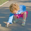 Little girl draws a chalk — Stock Photo