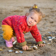 Little girl plays with cockleshells — Stockfoto