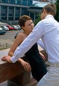 Krásná dívka a mladí muži — Stock fotografie