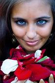 Frauen mit Blüten in der hand — Stockfoto