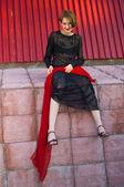 Flicka mot röda vägg — Stockfoto