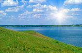 Lugna vatten i sjön och mulen himmel — Stockfoto