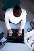 Donna giovane business lavorando su un computer portatile — Foto Stock