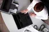 Jonge zakenvrouw werken op een laptop — Stockfoto
