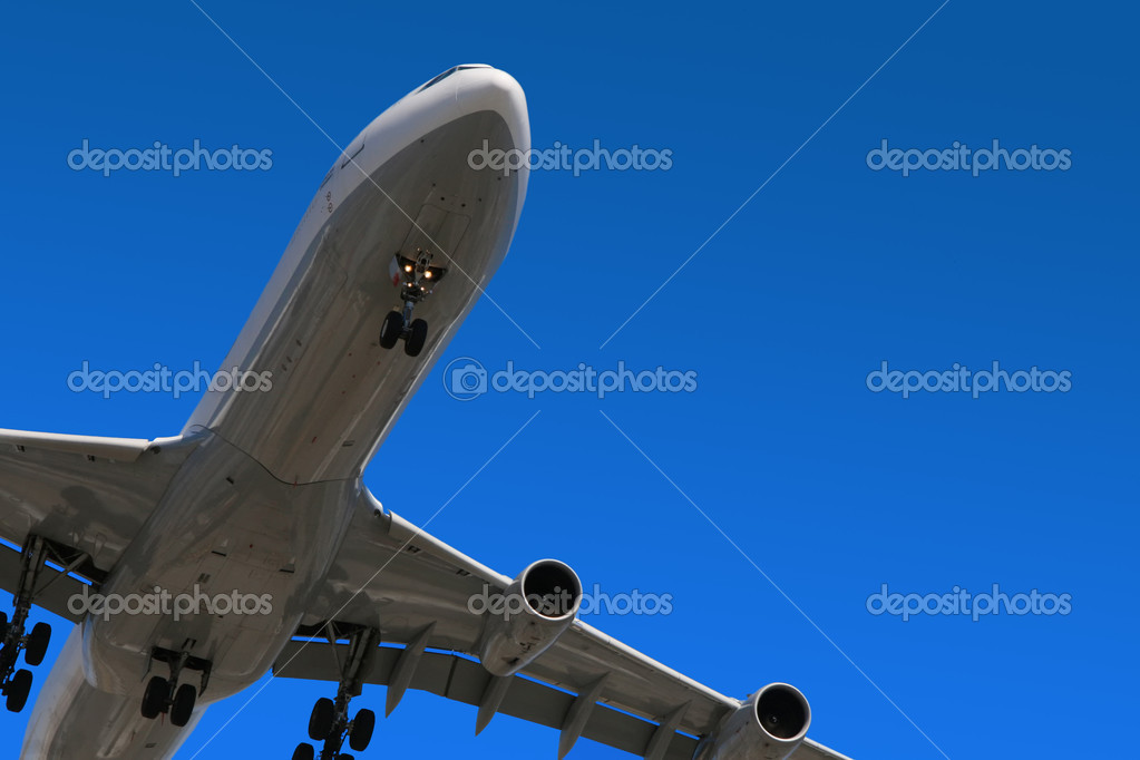 An aircraft on final approach for landing. — Stock Photo #1045710