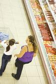 Matka a dcera v supermarketu. — Stock fotografie