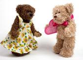 Ursos de casal de pelúcia com coração. dia dos namorados — Fotografia Stock