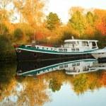 小船和美丽的秋天森林 — 图库照片