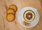 Taza de té negro con limón — Foto de Stock