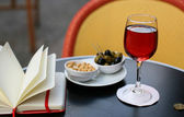 Kir cassis, nibbles and organizer — Foto de Stock