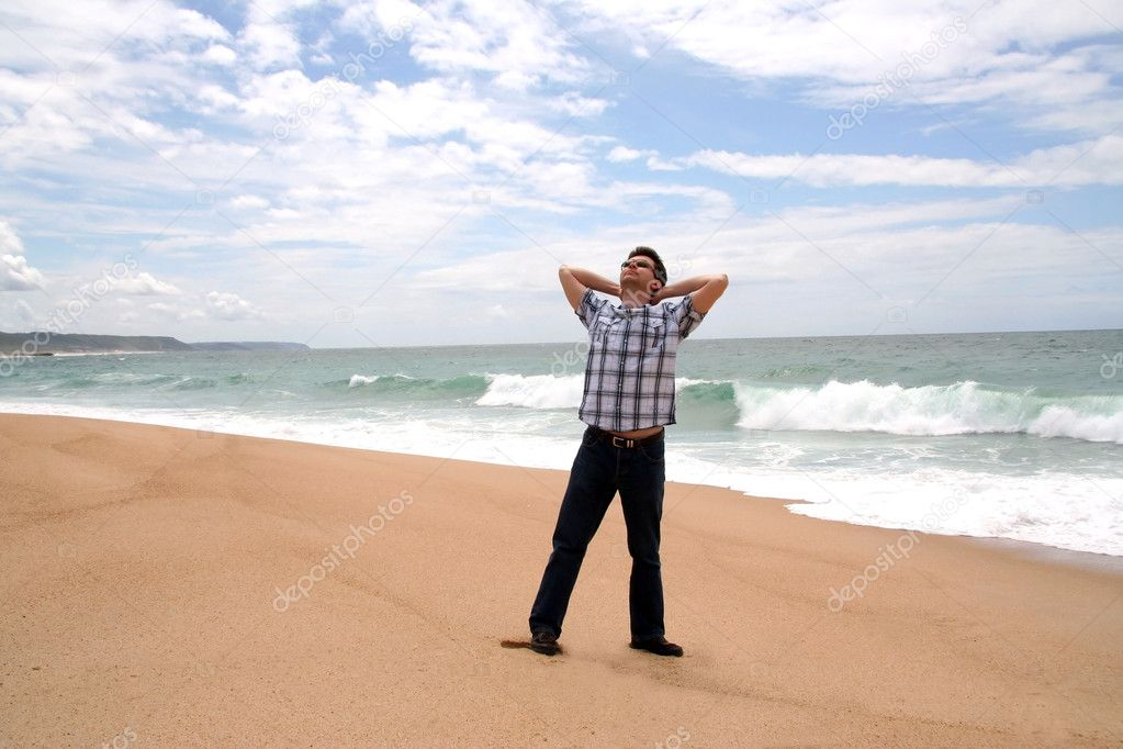 Man with his hands behind the head on the shore of the ocean — Stock Photo #1057394