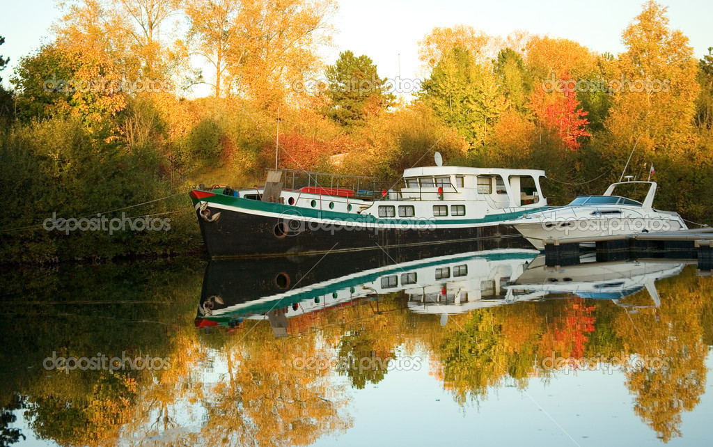 Boats and beautiful autumn forest — Foto Stock #1058103