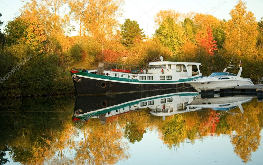 Boats and beautiful autumn forest — Zdjęcie stockowe #1058103