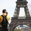 Tourist taking picture of the Eiffel Tow — Stok fotoğraf