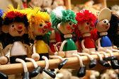 Fila de cinco juguetes de madera — Foto de Stock