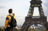 Tourist taking picture of Eiffel Tower — Stock Photo