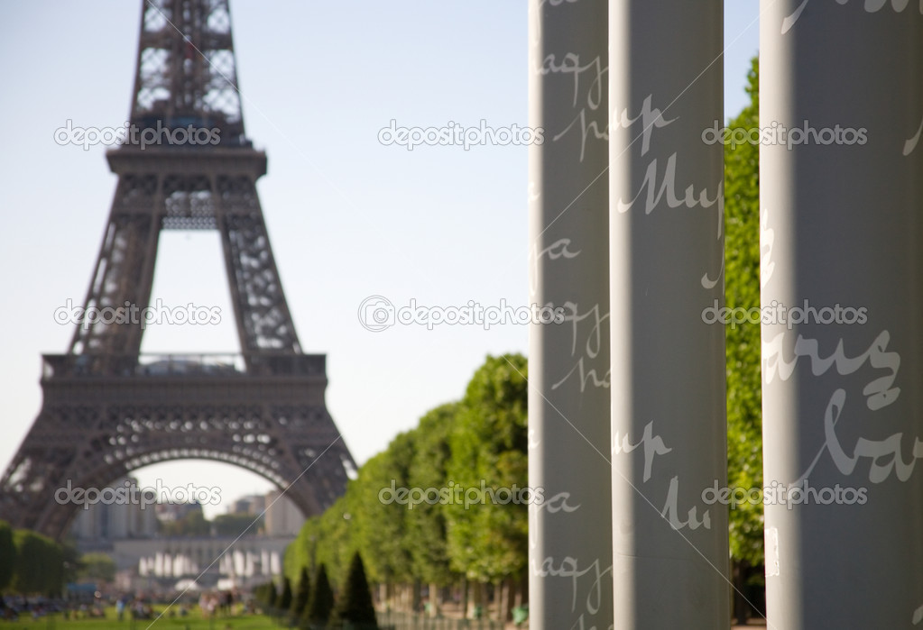 Columns of the Wall of Peace on the Champ de Mars in Paris with words Peace written in different languages — Stock Photo #1069196