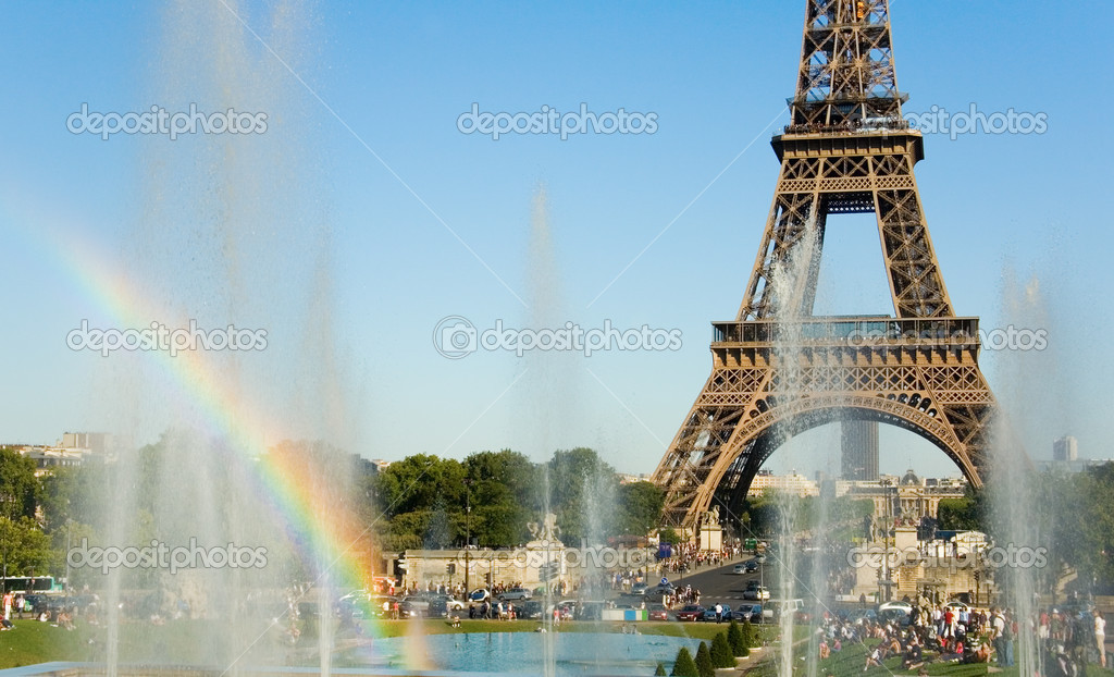 Summer in Paris. Eiffel Tower and rainbow in fountain — Stock Photo #1069995