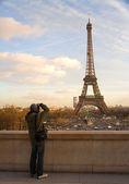 Tourist taking picture of Eiffel Tower — Foto de Stock