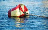 Boya de rojo y blanco en el agua — Foto de Stock